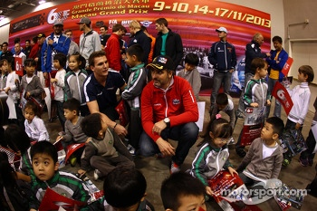 Yvan Muller, Chevrolet Cruze 1.6T, RML with young fans