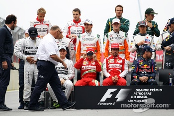 Felipe Massa, Ferrari takes a picture at the end of season drivers photograph