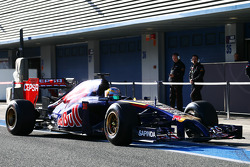 Jean-Eric Vergne, Scuderia Toro Rosso STR9 in the pits