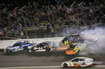 Trouble for Carl Edwards, Roush Fenway Racing Ford, Matt Kenseth, Joe Gibbs Racing Toyota, Kurt Busch, Stewart-Haas Racing Chevrolet, Tony Stewart, Stewart-Haas Racing Chevrolet, Jeff Gordon, Hendrick Motorsports Chevrolet