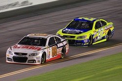 Dale Earnhardt Jr., Hendrick Motorsports Chevrolet and Paul Menard, Richard Childress Racing Chevrolet