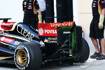 Pastor Maldonado, Lotus F1 E21 running flow-vis paint on the rear wing