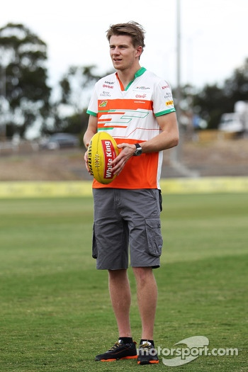 Nico Hulkenberg, Sahara Force India F1 tries out his Australian Rules Football skills at Whitten Oval