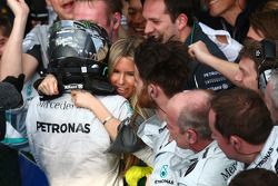 F1: Nico Rosberg, Mercedes AMG F1 W05 celebrates with hi s girlfriend Vivian Sibold, 16