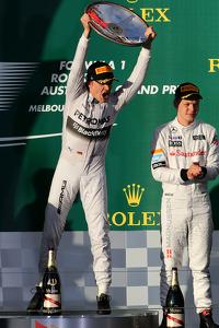F1 Fotos - Nico Rosberg, Mercedes AMG F1 Team y Kevin Magnussen, McLaren F1