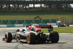Romain Grosjean, Lotus F1 E22 stops on the circuit
