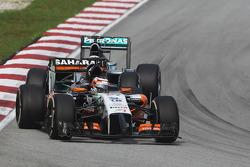 Nico Hulkenberg, Sahara Force India F1 VJM07 leads Lewis Hamilton, Mercedes AMG F1 W05