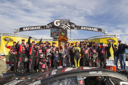 Race winner Kurt Busch, Stewart-Haas Racing Chevrolet