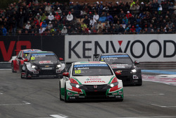 Tiago Monteiro, Honda Civic WTCC, Castrol Honda WTCC Team leads Tom Chilton, Chevrolet RML Cruze TC1, ROAL Motorsport