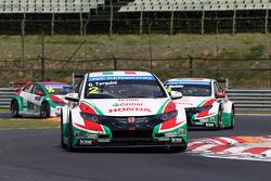 Gabriele Tarquini, Honda Civic WTCC, Castrol Honda WTCC Team leads Tiago Monteiro, Honda Civic WTCC, Castrol Honda WTCC Team