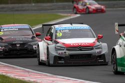 Sébastien Loeb, Citroen C-Elysee WTCC, Citroen Total WTCC leads Norbert Michelisz, Honda Civic WTCC, Zengo Motorsport