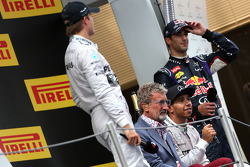 Podium: Eddie Jordan, Lewis Hamilton, Mercedes AMG F1 Team and Daniel Ricciardo, Red Bull Racing