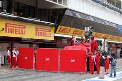 Kimi Raikkonen, Scuderia Ferrari stops on track