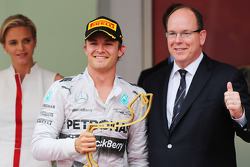 Race winner Nico Rosberg, Mercedes AMG F1 celebrates on the podium with HSH Prince Albert of Monaco (MON)