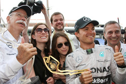 Race winner Nico Rosberg, Mercedes AMG F1 W05 celebrates with Dr. Dieter Zetsche, Daimler AG CEO and the team