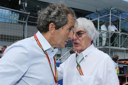 (L to R): Alain Prost, on the grid with Bernie Ecclestone (GBR)