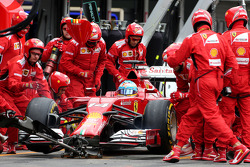 F1: Fernando Alonso, Scuderia Ferrari during pitstop