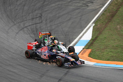 F1: Daniil Kvyat, Scuderia Toro Rosso STR9 and Sergio Perez, Sahara Force India F1 VJM07 make contact whilst battling for position