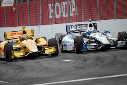 Ryan Hunter-Reay, Andretti Autosport Honda and Helio Castroneves, Penske Racing Chevrolet