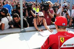 F1: Kimi Raikkonen, Ferrari signs autographs for the fans