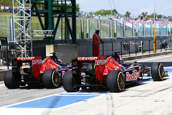 Daniil Kvyat, Scuderia Toro Rosso STR9 and Jean-Eric Vergne, Scuderia Toro Rosso STR9 in the pits