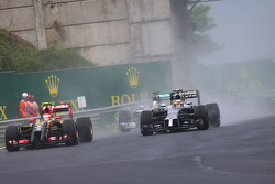 Pastor Maldonado, Lotus F1 E21 and Kevin Magnussen, McLaren MP4-29 battle for position