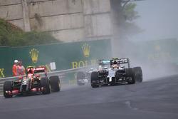 F1: Pastor Maldonado, Lotus F1 E21 and Kevin Magnussen, McLaren MP4-29 battle for position