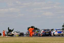 Marshalls retrieve Alain Menu's VW Passat after crashing on lap 1