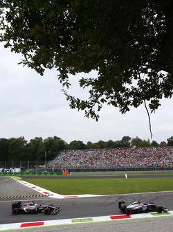 Jenson Button, McLaren MP4-29 leads Giedo van der Garde, Sauber C33 Reserve Driver