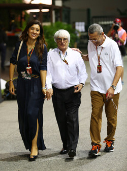 伯尼·埃克莱斯通与妻子法比亚纳·弗洛西和新加坡大奖赛发起人哥林新