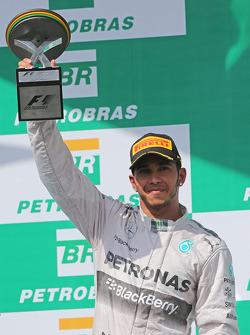 Lewis Hamilton, Mercedes AMG F1, viert zijn tweede positie op het podium