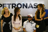 Linda Hamilton with Nick Hamilton and Nicole Scherzinger, Singer, mother, brother and girlfriend of Lewis Hamilton, Mercedes AMG F1
