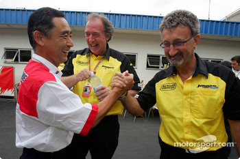 Hiroshi Yasukawa shares a joke with Ian Phillips and Eddie Jordan
