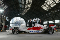 John Howett, Tsutomu Tomita and Yoshiaki Kinoshita with the Toyota TF105