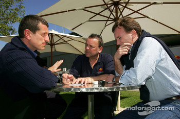 Red Bull Racing's Guenther Steiner and David Stubbs discuss with Midland Jordan's Trevor Carlin