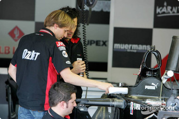 Christijan Albers inspects the new Minardi PS05