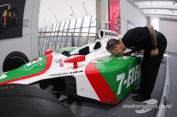 Tony Kanaan gives a kiss to his championship car