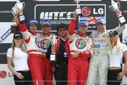 Podium: race winner Gabriele Tarquini with James Thompson and Fabrizio Giovanardi