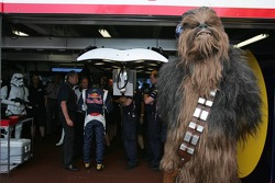 Chewbacca watches qualifying