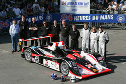 #32 Intersport Racing Lola AER: Gregor Fisken, Liz Halliday, Sam Hancock and team members