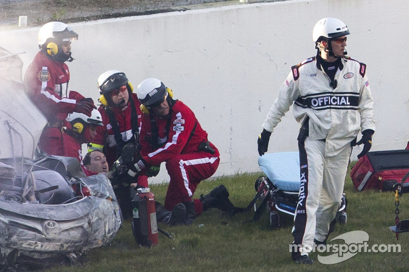 Kyle Busch, Joe Gibbs Racing Toyota, después de estrellarse