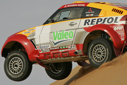 Test run in Dubai, UAE: Hiroshi Masuoka and Pascal Maimon test the Mitsubishi Pajero Montero Evolution MPR12