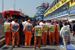 Mechanics and journalists in the pitlane