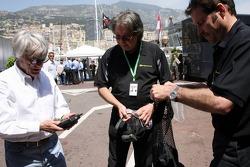 Kangaroo TV gets presented to Bernie Ecclestone and Flavio Briatore by Marc Arseneau