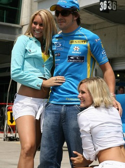 Fernando Alonso with Renault dancers