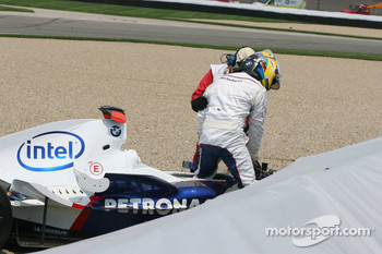 Crash at first corner: Nick Heidfeld