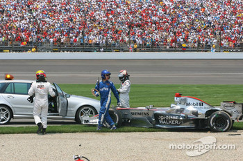Crash at first corner: Juan Pablo Montoya and Kimi Raikkonen