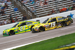 Carl Edwards, Joe Gibbs Racing Toyota and Paul Menard, Richard Childress Racing Chevrolet