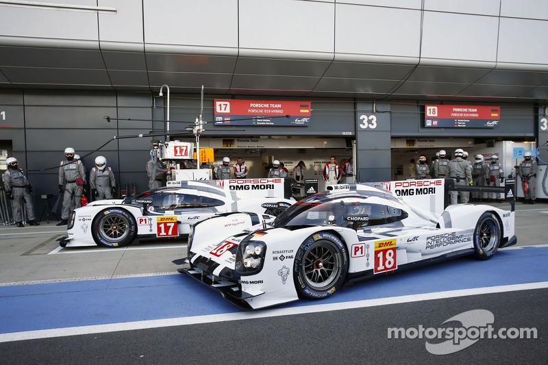 #17 Porsche Team 919 Hybrid: Timo Bernhard, Mark Webber, Brendon Hartley en #18 Porsche Team 919 Hybrid: Romain Dumas, Neel Jani, Marc Lieb
