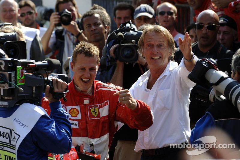 Rennsieger Michael Schumacher feiert mit Luca di Montezemolo